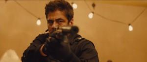 Benicio Del Toro è il taciturno Alejandro che accompagna Kate nella sua missione