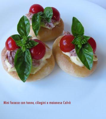 Mini focacce con tonno, ciliegini e maionese Calvè