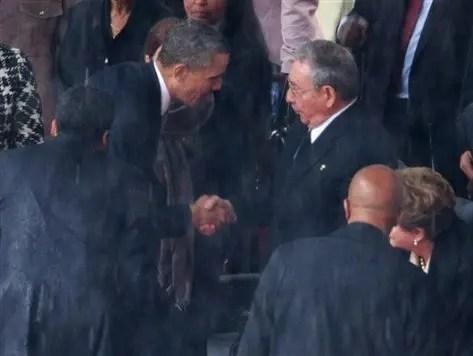 La stretta di mano tra Obama e Castro: vera distensione?