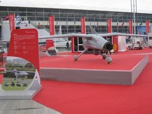 """Uno scorcio dello stand Finmeccanica al salone internazionale di Farnborough. In primo piano l'UAV """"Falco"""" di Selex."""