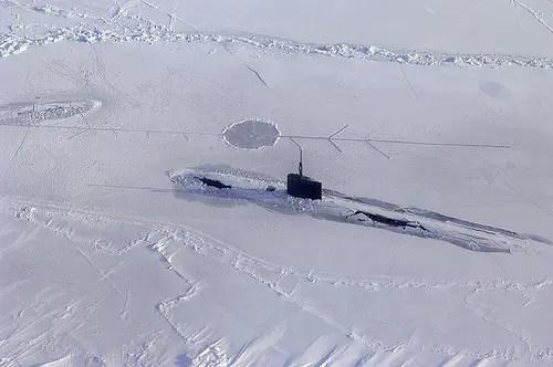 Il sottomarino USS Alexandria, classe Los Angeles, emerge tra i ghiacci durante l'esercitazione ICEX 2011.