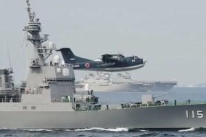 Un idrovolante Shinmaywa US-2I sorvola un caccia classe Kongo. Alcuni esemplari dell'aereo potrebbero essere acquistati dall'India in seno agli ultimi accordi bilaterali.