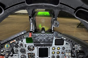 Il cockpit di un Tornado GR4 della RAF. Ben visibile, con riflessi verdi, l'HUD (Head-Up Display).