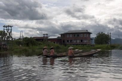 Lago Inle. Dove finiscono i ballatoi è necessario spostarsi con piccole barche da un edificio all'altro. Le imbarcazioni hanno un fondo relativamente piatto e vengono spinte con un unico remo.