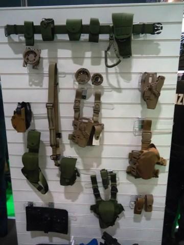 Uno scorcio dello stand con assortimento di fondine, cinturoni ed altri accessori di Radar 1957