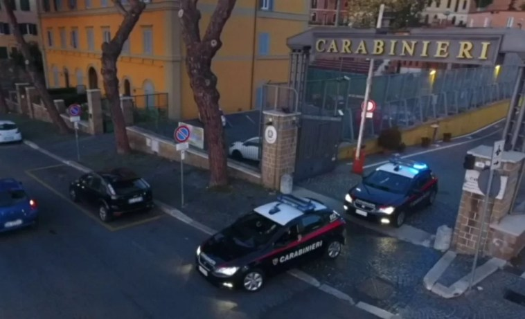 Roma, nudo al balcone lancia immondizia contro i condomini, poi in casa maltratta la madre