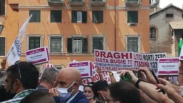 """Roma. Monta la protesta contro Draghi, in centinaia in strada davanti al Ministero della Salute al grido di """"Verità"""" (Foto e video)"""