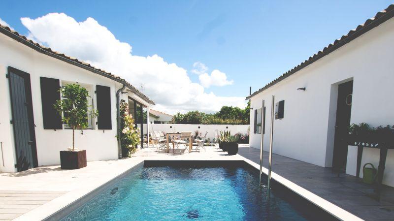 le patio la piscine vue des chambres clematite et ronsard