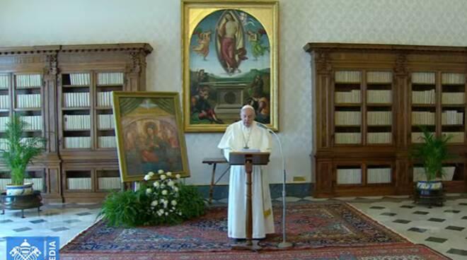 Papa que celebra o Angelus sozinho