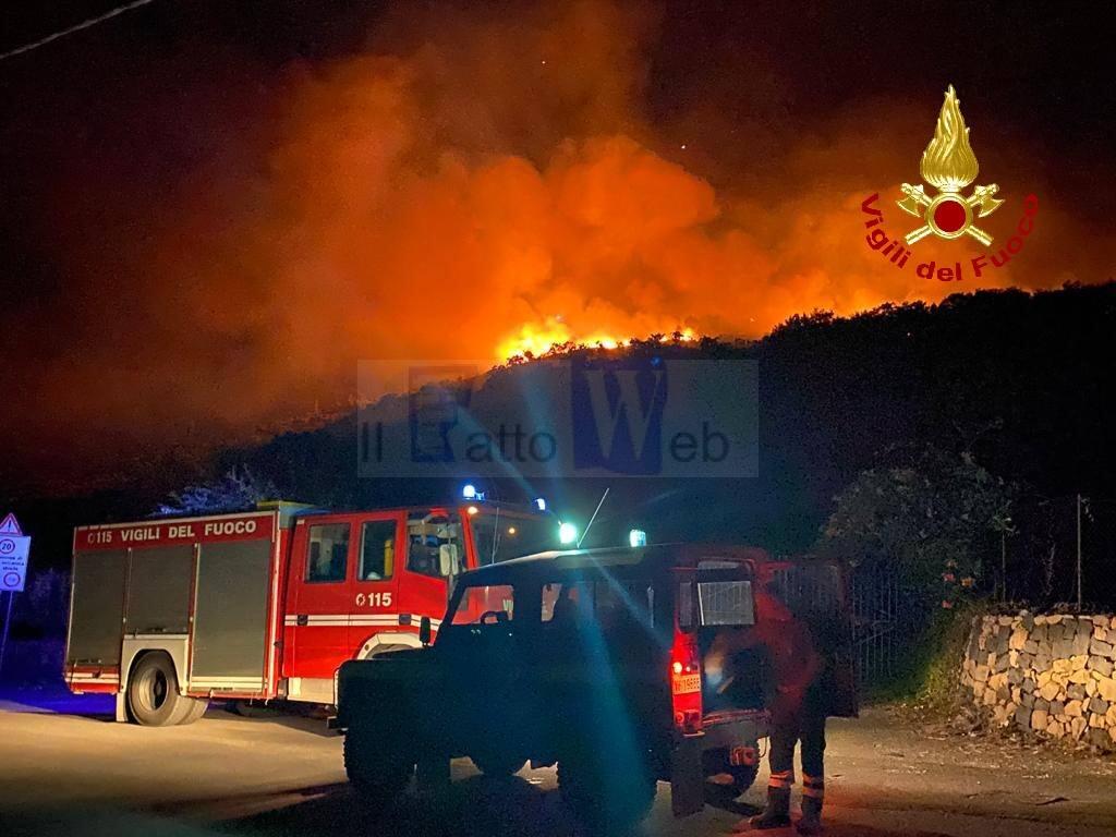 Incendio di alberi e macchia mediterranea a Castiglione di Sicilia (CT)