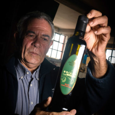 Edoardo Madama mostra l'Olio Extravergine d'Oliva Bricco degli Spiaggi