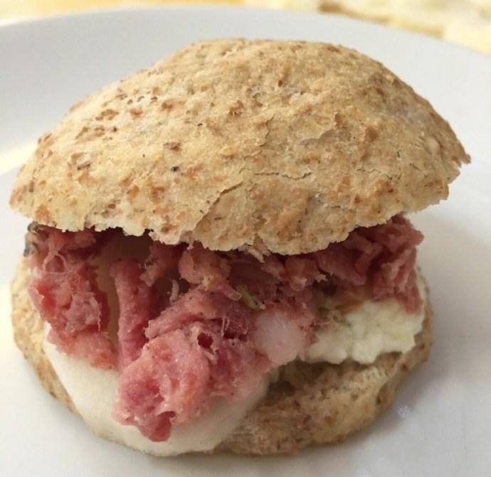panino integrale con finocchiona, crema di pecorino al lime e topinambur