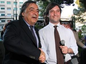 Leoluca Orlando e Fabrizio Ferrandelli si stringono le mani in occasione del ballottaggio alle elezioni comunali di Palermo nel 2012