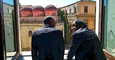Giuseppe Tornatore e Leoluca Orlando affacciati alla finestra di Palazzo delle Aquile davanti le cupole della Chiesa di San Cataldo