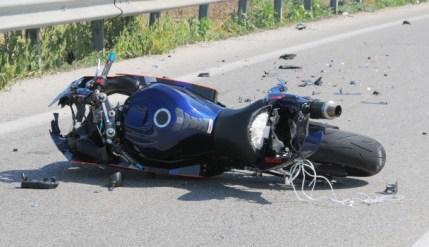Incidente mortale sulla statale Palermo - Agrigento. Una moto si è scontrata con un camion. Nulla da fare per il motociclista. Traffico deviato all'interno di Villabate