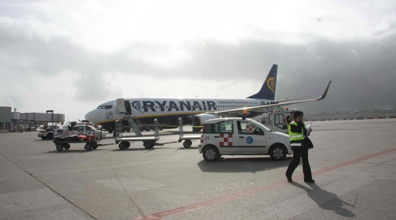 Nuove regole in Ryanair: dal prossimo 15 gennaio solo chi ha acquistato l'imbarco prioritario potrà portare due bagagli a mano in cabina