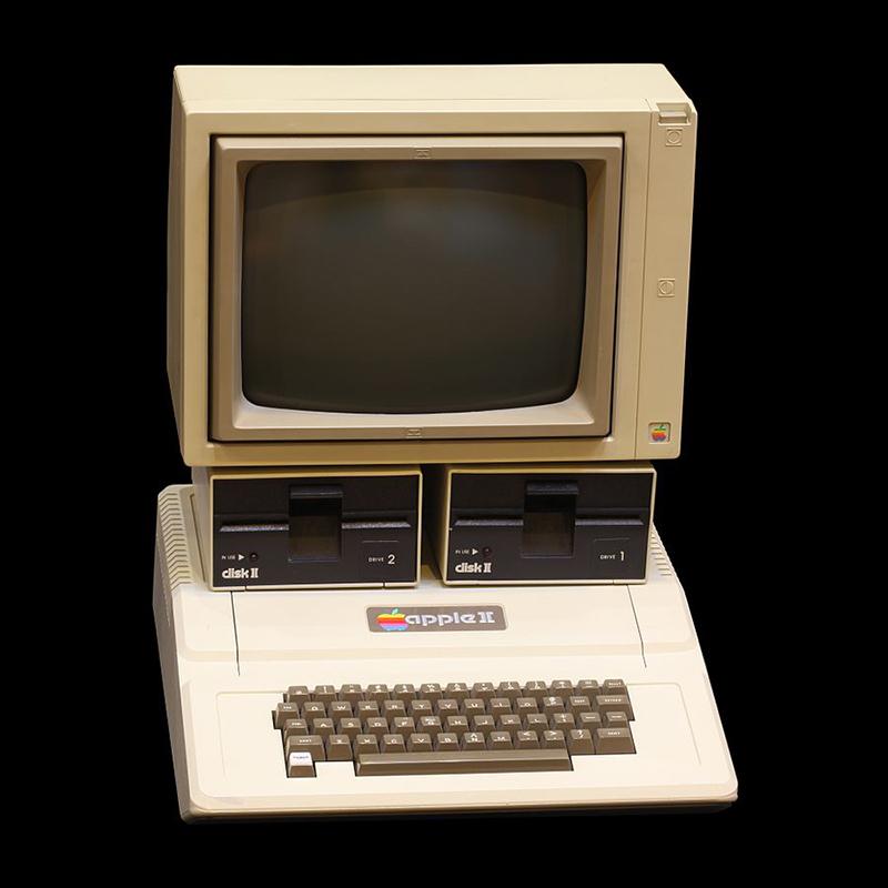L'Apple II fu prodotto con un rivestimento di plastica, disponibile in due colori, grigio o beige. In questa configurazione lo schermo è collocato sopra due lettori di floppy disk.