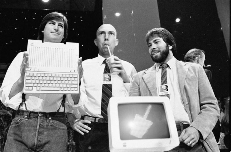 Steve Jobs, chairman of Apple Computers, John Sculley, presidente and CEO, and Steve Wozniak, co-fondatore di Apple, presentano il nuovo Apple IIc
