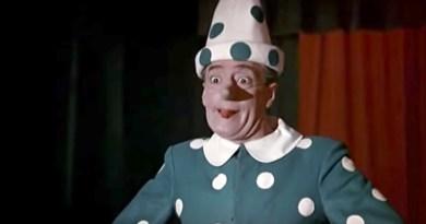 Totò interpreta la marionetta Pinocchio di Collodi