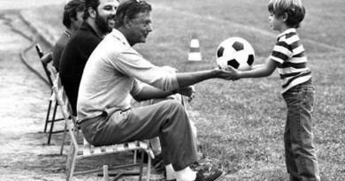 Umberto Agnelli porge il pallone al figlio Andrea