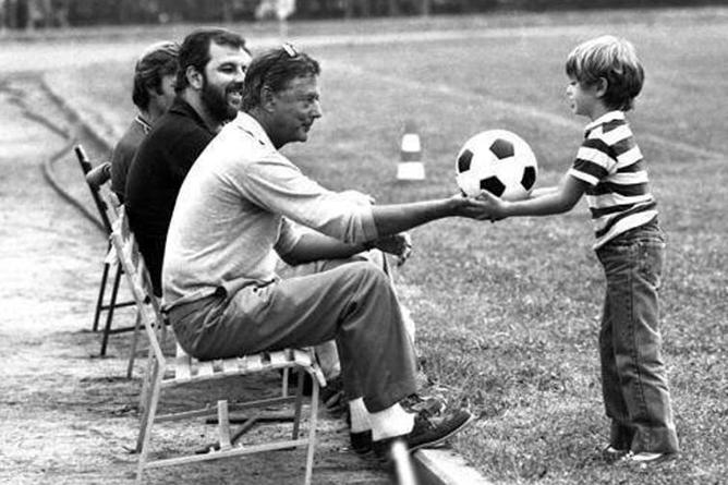Umberto Agnelli (1934-2004) porge il pallone al figlio Andrea, attuale presidente della Juventus