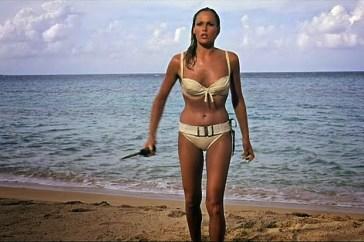 """Ursula Andress nel film """"Agente 007 - Licenza di uccidere"""" (1962), il primo della serie di James Bond"""
