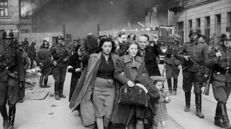 Ebrei costretti a lasciare il ghetto di Varsavia in fiamme, per essere deportati al campo di Treblinka