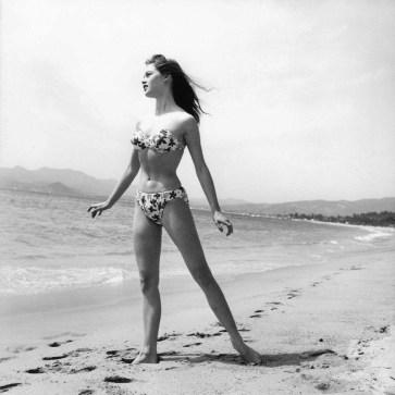 Brigitte Bardot sulla spiaggia di Cannes, in occasione del festival del cinema del 1953