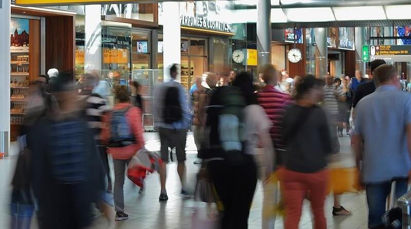 abbandona figlio in aeroporto
