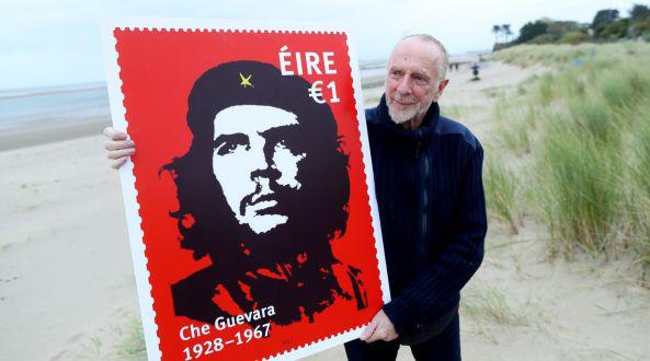 L'artista irlandese Jim Fitzpatrick con l'immagine del francobollo che riproduce la sua celebre immagine di Ernesto Che Guevara