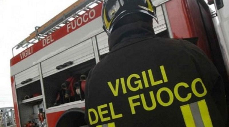 Incendio nello stabilimento della cartiera Sacca a Calatabiano, in provincia di Catania. 2.300 tonnellate di carta da riciclare in fumo