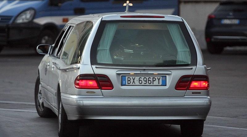 La salma di Totò Riina è arrivata a Corleone. Il carro funebre è stato fatto entrare dall'ingresso laterale del cimitero per evitare giornalisti e fotografi