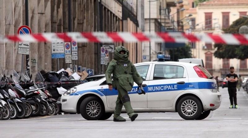 Un pacco sospetto ha provocato un allarme bomba nel centro storico di Palermo. Sono intervenuti gli artificieri che lo hanno fatto brillare