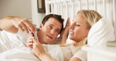 Si fa sempre meno sesso tra le mura domestiche: colpa della tecnologia che ci portiamo anche in camera da letto facendoci fare poco l'amore