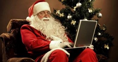 Regali di Natale tecnologici, ecco cinque consigli last minute per doni da mettere sotto l'albero spendendo meno di 50 euro
