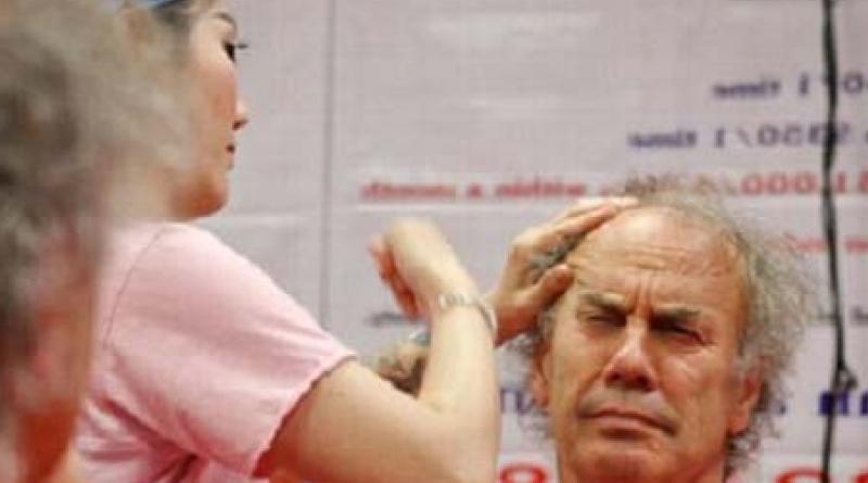 Schiaffi sul viso per eliminare le rughe, l'ultima moda per rassodare la pelle
