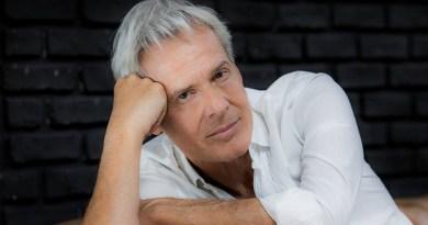 Claudio Baglioni, che a febbraio condurrà il Festival di Sanremo, annuncia su Facebook un nuovo album e un nuovo tour nel 2018