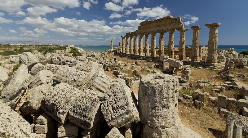 """L'assessoreregionale ai Beni culturali Vittorio Sgarbi annuncia: """"Ricostruiremo il Tempio G del Parco archeologico di Selinunte"""""""