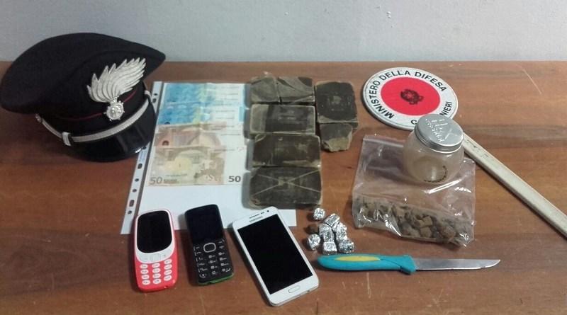 Un 18enne palermitano è stato arrestato dai Carabinieri per detenzione ai fini di spaccio di sostanze stupefacenti. Nascondeva in casa panetti e dosi già confezionate di hashish