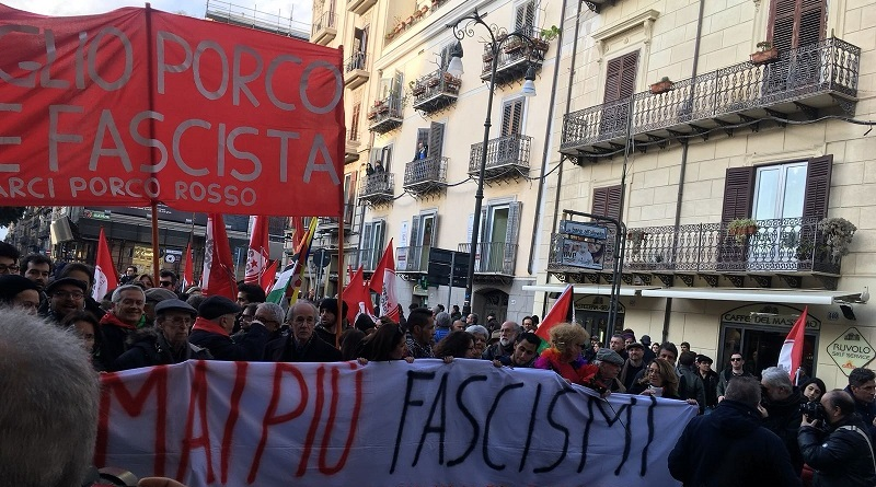 Sta attraversando via Maqueda in direzione Comune di Palermo il corteo antifascista dei centri sociali e Potere al Popolo, partito da piazza Verdi