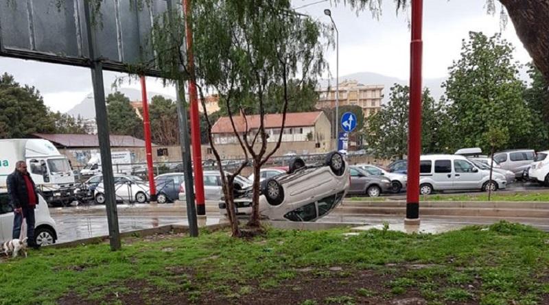 Incidente sul ponte di corso Calatafimi a Palermo. Un'auto si è ribaltata sui binari del tram. L'uomo che guidava la vettura è stato trasportato al pronto soccorso
