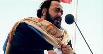 Ritrovata testa di porchetta sulla statua dedicata a Luciano Pavarotti
