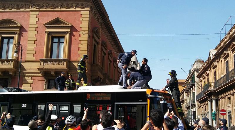 Arrestato uomo di colore su tetto bus piazza Verdi Palermo