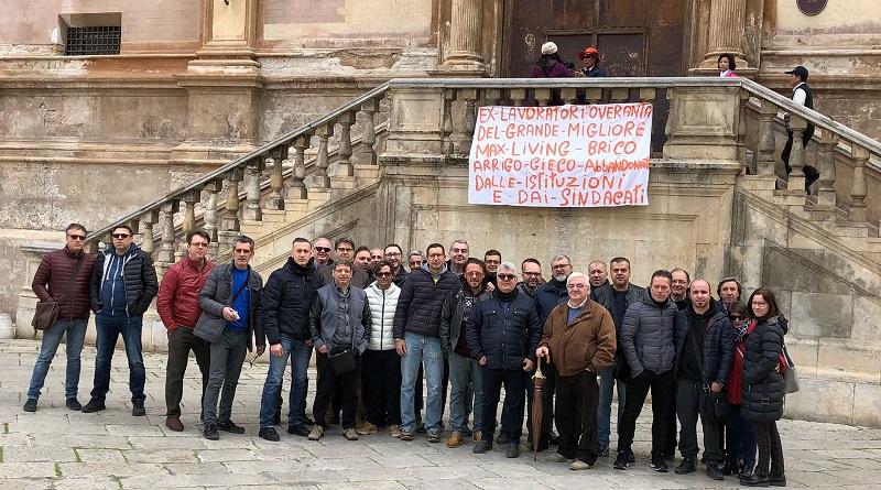 """Nuovo sit-in di protesta degli ex lavoratori """"Overanta"""" di Max Living e Grande Migliore, ancora in cerca di un lavoro, giovedì 29 marzo davanti al Comune di Palermo"""