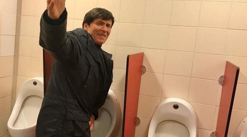 Gianni Morandi fotografato nel bagno di un Autogrill