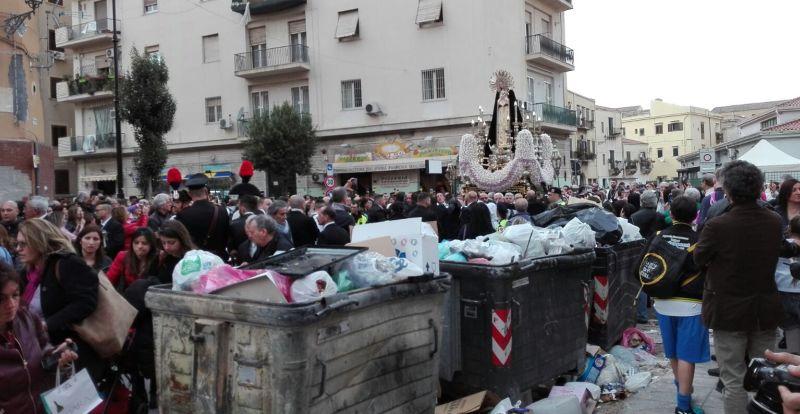 Maria Addolorata da una parte, i cassonetti strapieni dall'altra. È successo a Palermo, nel cuore della città vecchia, tra uno degli ingressi del mercato storico di Ballarò e l'Ospedale dei Bambini G. Di Cristina.