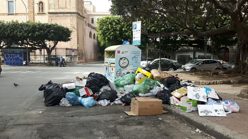 Da una parte eventi e manifestazioni, dall'altra i rifiuti: è una Palermo double face quella che accoglie i suoi visitatori, come ormai da troppi giorni