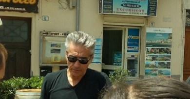 Vacanze siciliane per Luciano Ligabue. Il rocker di Correggio si trova nella provincia di Palermo insieme alla sua famiglia. Fan siciliani alla ricerca di un selfie con il loro idolo