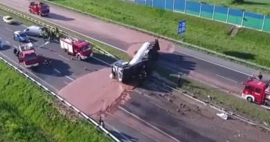 Su un'autostrada, in Polonia, un camion pieno di cioccolato liquido si è ribaltato versando sull'asfalto di entrambe le carreggiatetonnellate di cacao