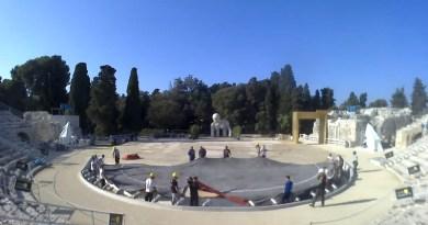 Un video di un minuto che mostra il lavoro delle maestranze per il cambio di scenografia tra una rappresentazione e l'altra nel corso del Festival del Teatro Greco di Siracusa